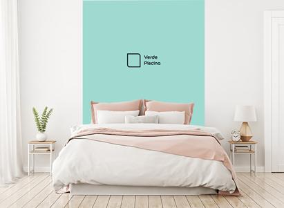 Em quartos baixos, pintar uma faixa vertical na parede detrás da cama gera a impressão de um ambiente mais alto. Utilizamos a cor Verde Piscina.