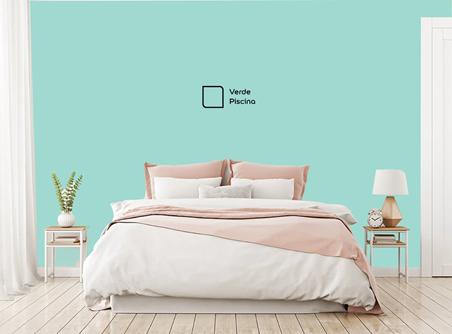 Em quartos pequenos, destacar a parede toda atrás da cama com uma tinta mais forte é uma boa alternativa. Utilizamos a cor Verde Piscina.