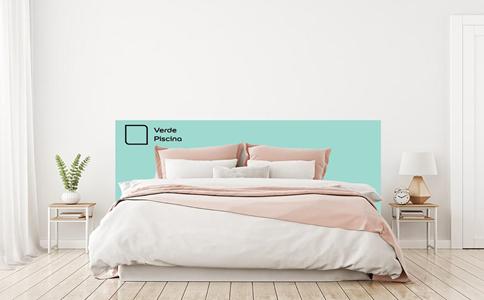 Se o quarto for quadrado, a dica é pintar um retângulo em uma cor diferente da parede para formar a cabeceira da cama, passando cerca de 30 centímetros das laterais da cama. Neste ambiente foi utilizada a cor Verde Piscina.
